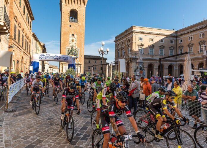 La partenza della Gran Fondo Leopardiana a Recanati del circuito Marche Marathon